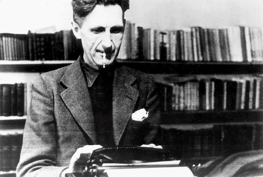 Mission. Après une carrière dans lapolice impériale en Birmanie, Eric Blair, alias George Orwell, devient écrivain en Angleterre à partir de 1927(ici, en 1947). Parus respectivement en 1945et en 1949, «La ferme des animaux» et «1984» sont des chefs-d'œuvre dystopiques qui font régulièrement écho à notre monde.
