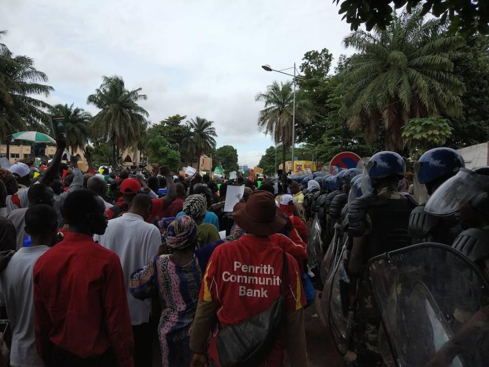 """Les manifestants défilent au son des vuvuzelas et armés de pancartes """"Touche pas mon vote"""".  ©  Olivier Dubois"""
