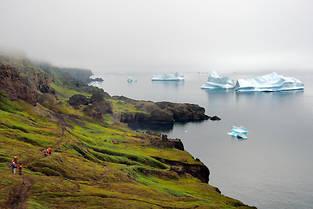 Des randonneurs sur la côte ouest du Groenland, vers Qeqertarsuaq, peuvent admirer le ballet des icebergs.  ©Bertrand Rieger