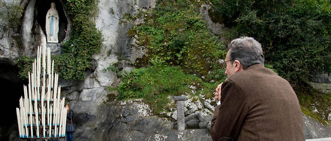 Le docteur Alessandro de Franciscis, médecin permanent de Lourdes, priant dans le sanctuaire marial de la ville.