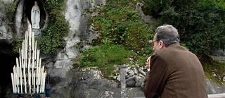 Le docteur Alessandro de Franciscis, médecin permanent de Lourdes, priant dans le sanctuaire marial de la ville.  ©Laurent Ferriere