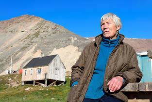 À Siorapaluk, village le plus septentrional du Groenland, la Française Jocelyne Ollivier-Henry et sa maison en arrière-plan.
