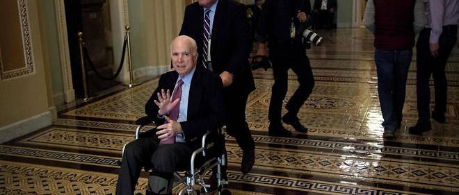 John McCain était notamment venu à Washington en fauteuil roulant au Congrès pendant son traitement.