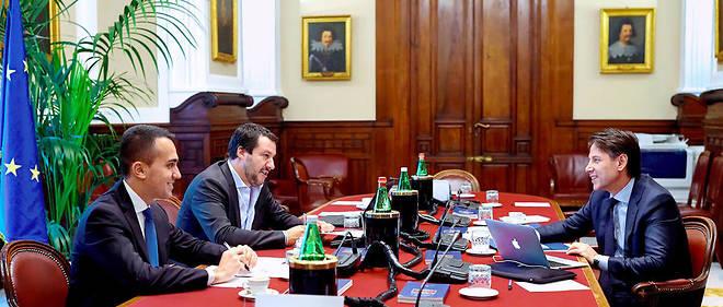 Le président du Conseil italien Giuseppe Conte (à droite), avec Luigi Di Maio du Mouvement 5 étoiles (à gauche) et Matteo Salvini de la Ligue (au centre), la nouvelle équipe à la tête de l'Italie qui menace l'Europe (photo d'illustration).