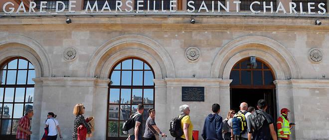 Des passagers entrent dans la gare Saint-Charles, où a eu lieu un déraillement d'un TGV vendredi. (photo d'illustration)