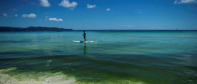 Un homme fait du paddle. Photo d'illustration.