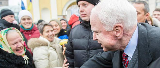 John McCain, sur la place de l'Indépendance à Kiev en décembre 2013, est venu soutenir le mouvement en faveur d'un rapprochement avec l'Europe, un rapprochement que Moscou veut empêcher à tout prix.
