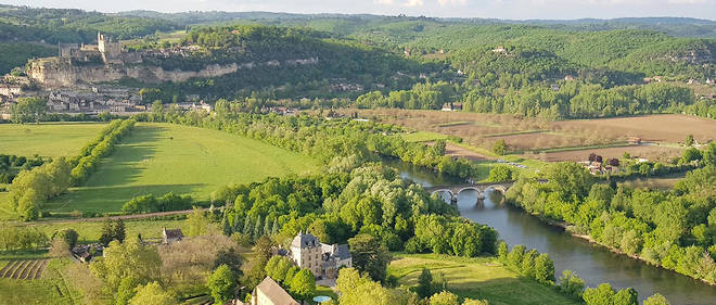 Le collectif Sauvons la vallée de la Dordogne s'oppose à la construction d'un tronçon de route de 3,2 km le long de la rivière. Le conseil général argue du fait que le trafic justifie ce contournement de Beynac.