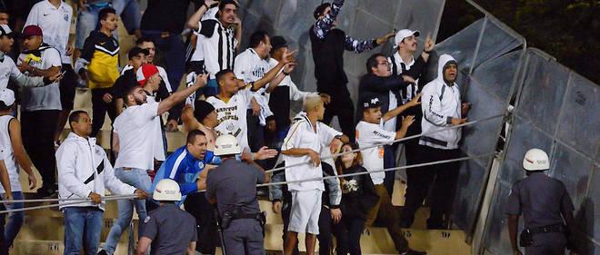 Enerves apres avoir perdu le match aller sur tapis vert, les supporteurs de Santos (Bresil) ont laisse exploser leur colere lors du match retour face aux Argentins de l'Independiente.