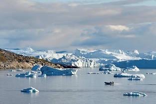 Groenland, côte ouest, Ilulissat dans la baie de Disko, les icebergs qui se détachent du glacier Sermeq Kujalleq à la sortie du fjord.  ©Bertrand Rieger