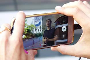 Lorsque l'utilisateur pointe son smartphone devant lui, un guide-conférencier apparaît sur l'écran. Une courte vidéo se superpose alors à l'environnement du visiteur qui se retrouve ainsi plongé au cœur d'une expérience immersive.