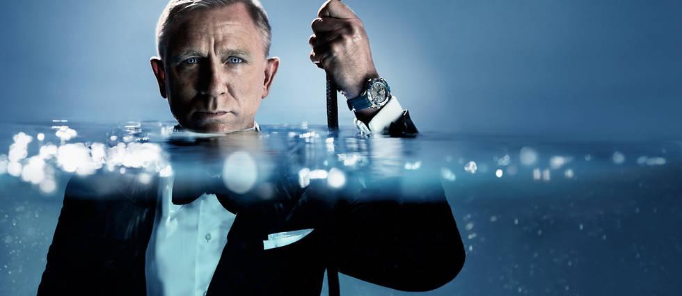 <p>Daniel Craig se mouille, mais en costume, pour la prochaine campagne Omega.</p>