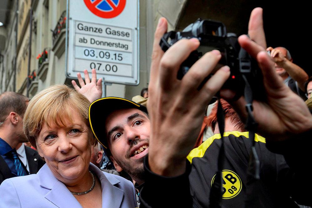 Valeurs. Le 3septembre 2015, alors en visite officielle à Berne (Suisse) pour s'entretenir de la répartition des flux de réfugiés en Europe, la chancelière allemande se prête au jeu du selfie.