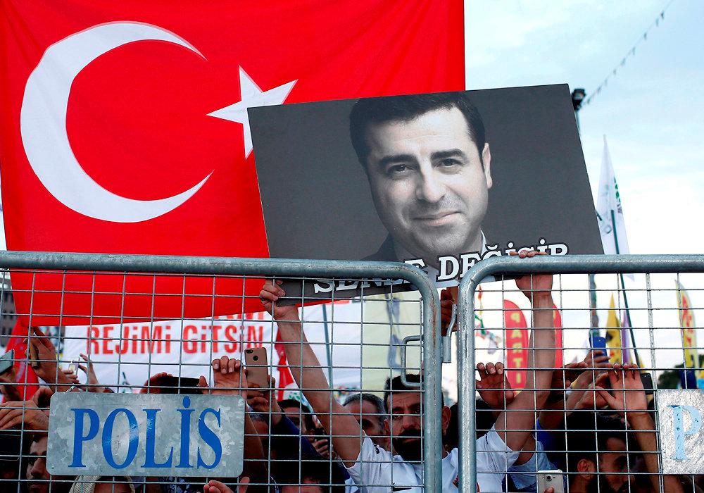 Figure. Istanbul, 17juin. Les opposants au régime sont venus en nombre soutenir le leader du parti pro-kurde, candidat à la présidentielle turque du 24juin.