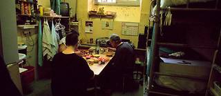 Il existe très peu d'images montrant la réalité de la vie carcérale, les photographes autorisés à effectuer des reportages en prison étant tenus à des règles strictes. Ici, une image datant de 2000 montrant une cellule de la maison d'arrêt de Caen où vivent 5 détenus.