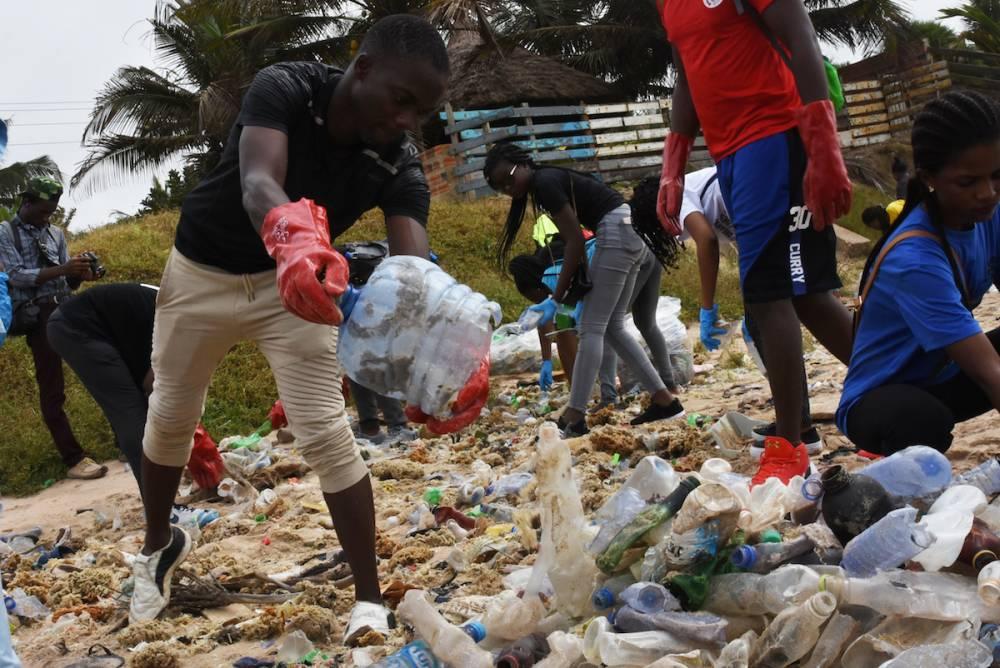 Opération de ramassage. Les habitants d'Accra se plaignent régulièrement de la saleté dans les rues de la capitale ghanéenne, où des monticules de déchets débordent.  ©  Justine Boulo
