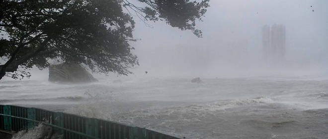 À Hong Kong, l'Observatoire météorologique a émis l'alerte maximum en raison de vents enregistrés à 180 km/h sur une île au large.