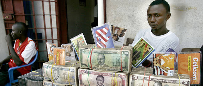 Parmi les billets qui ont disparu il y a des dollars libériens que l'on voit ici sur la table d'un changeur de monnaie à Monrovia.