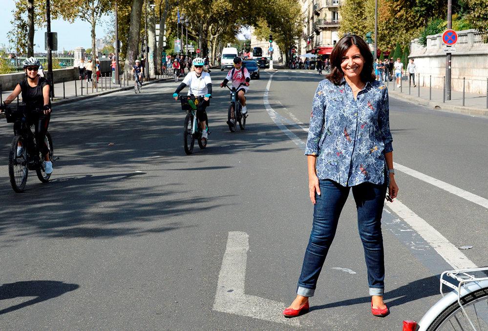Droite dans sesballerines. La maire de Paris, Anne Hidalgo, sur le quai de l'Hôtel-de-ville lors de la Journée sans voitures àParis, le 16septembre.