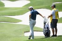 Le numéro un mondial, Justin Rose, au côté de son caddie, Mark Fulcher. Ces «hommes de l'ombre» ont un rôle essentiel dans la performance du golfeur.   ©ROSS KINNAIRD