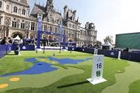 Au sein du village, la « fan-zone » dédiée à la Ryder Cup qui est installée sur le parvis de l'Hôtel de Ville à Paris. Les marques partenaires, à l'instar de BMW et Rolex, y disposent d'une large visibilité.    ©Michel Stoupak