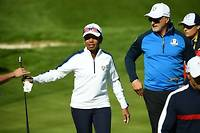 Mardi, sur le parcours du golf national. L'ex-secrétaire d'État américaine, Condoleezza Rice, marche au côté de David Ginola, lors du march des personnalités de la Ryder Cup.   ©FRANCK FIFE