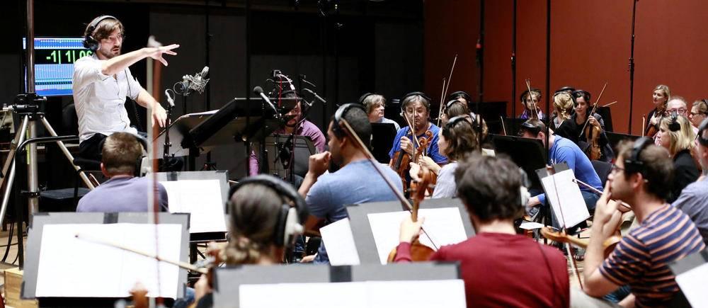 Mathieu Lamboley dirige un orchestre de 88 musiciens pour enregistrer la musique de « Minuscules : Les mandibules du bout du monde ».