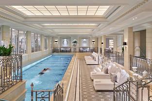 Longue de 17 mètres, la piscine du spa se découvre dès l'entrée via une large baie vitrée.