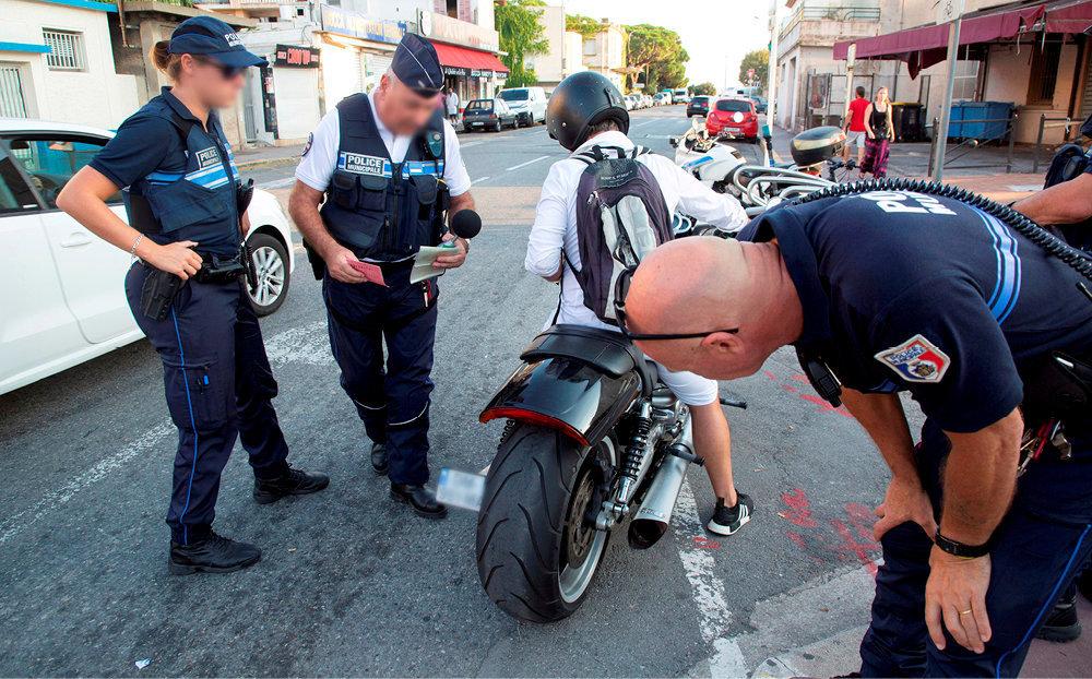 Pétarade. Contrôle d'unvéhicule bruyant dans une rue de Cannes, enseptembre. Outreune brigade verte composée de 47agents, les incivilités mobilisent 200policiers municipaux.
