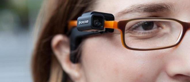 Une minicamera, assistee d'une intelligence artificielle, permet aux non-voyants de reconnaitre des proches et meme de lire (une oreillette leur disant le texte dechiffre par l'optique).