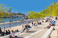 À Lyon, les berges du Rhône, quai Victor-Augagneur, vue sur le pont Wilson.