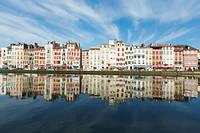 Entre les Landes et les Pyrénées, Bayonne, ville tertiaire, tire son épingle du jeu.