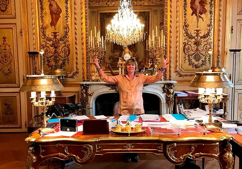 Dérapage. «Mimi» Marchand pose, triomphante, dans le bureau présidentiel, quelques jours après l'arrivée d'Emmanuel Macron à l'Elysée, enmai2017.