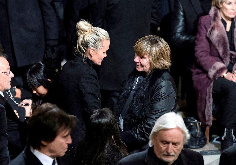 Consolante. Michèle Marchand auprès de Laeticia Hallyday aux obsèques de Johnny, le 9décembre 2017.