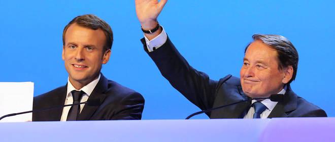 André Laignel, au côté d'Emmanuel Macron au 100e congrès des maires de France, fin 2017. La promesse de campagne d'Emmmanuel Macron de supprimer la taxe d'habitation hérisse les collectivités locales, qui, après avoir dénoncé un trou dans leurs finances, demandent le maintien du mode de compensation actuel proposé par l'État.