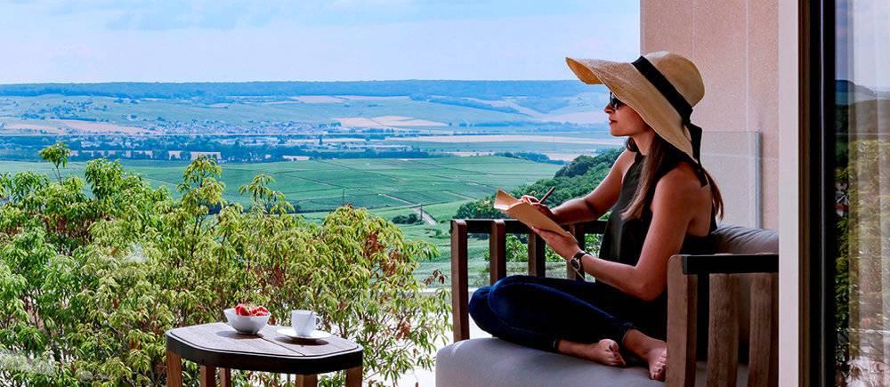 Vue panoramique sur le vignoble champenois de l'hotel Royal Champagne, situe a Champillon, a mi-chemin entre Epernay et la Montagne de Reims.