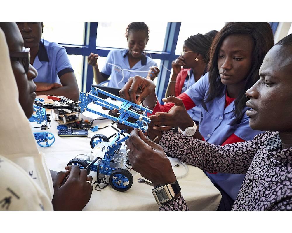 Des étudiants sénégalais lors d'une compétition panafricaine de robots à la place du Souvenir à Dakar en mai 2016.  ©  SAM PHELPS/The New York Times-REDUX-REA
