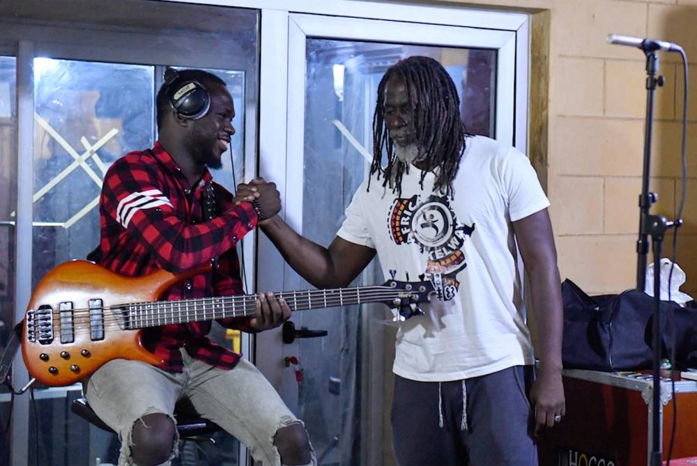 Tiken jah Fakoly avec l'un des musiciens qu'il a invitée dans son dernier album. ©  AFP/ISSOUF SANOGO