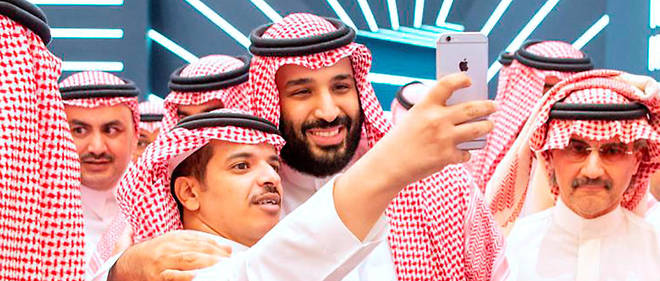 Le prince héritier Mohammed Ben Salmane se livre à l'exercice du selfie en marge du forum sur les investissements de Riyad, le 23 octobre (photo fournie par la Cour royale saoudienne).