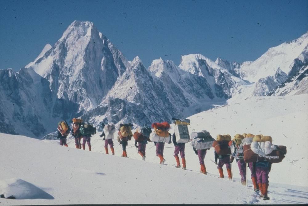 Colonne d'alpinistes au K2 ©  DR