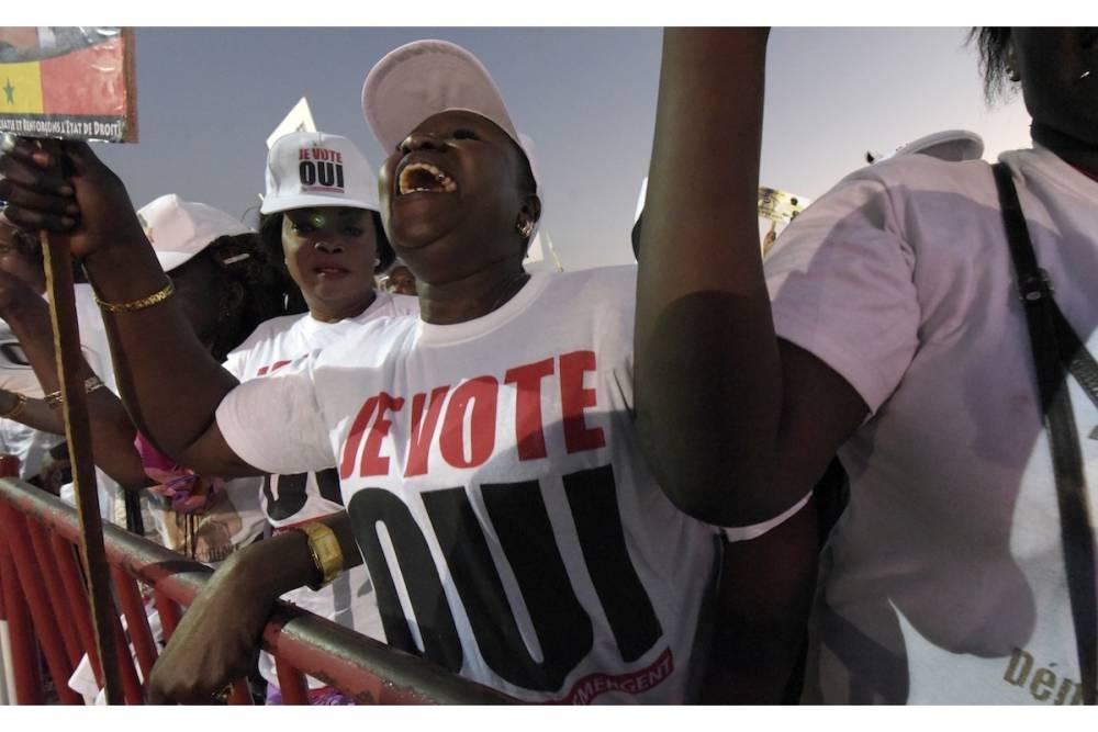 """De électeurs énégalais en faveur du """"oui"""" lors du vote de mars 2016 sur la réforme de la constitution au Sénégal.  ©  AFP / SEYLLOU"""