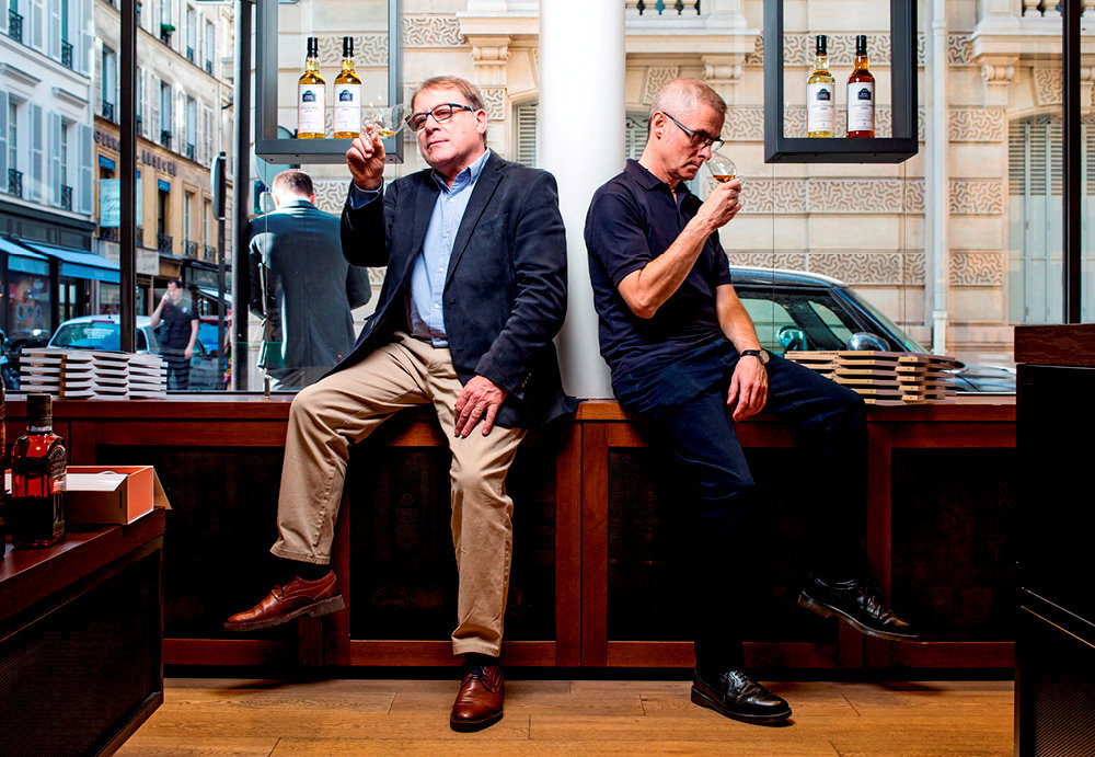 Jean-Marc Bellier et Salvatore Mannino, experts de La Maison du whisky, à Paris.