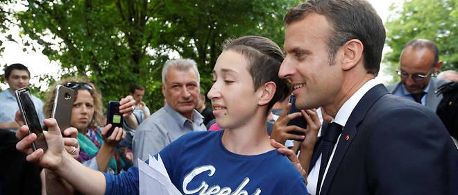 Emmanuel Macron se prête facilement au jeu du selfie. Comment y échapper sans paraître distant ?