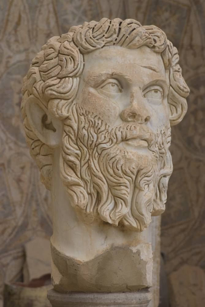 La statue de l'empereur Septimius Severus, siur le site romain de Djemila, en Algérie.  ©  Ethel Davies