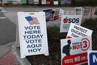 Devant un bureau de vote en Floride, à quelques jours des élections de mi-mandat organisées le 8 novembre.  ©JOE RAEDLE