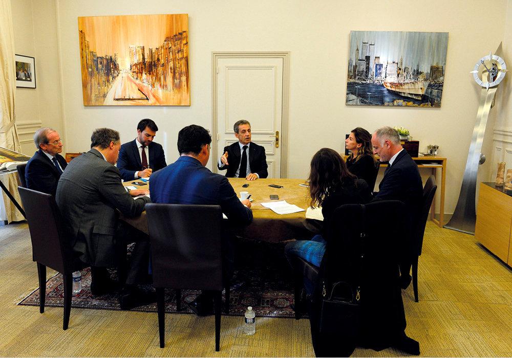 L'entretien. Nicolas Sarkozy reçoit les journalistes du « Point » (face à lui). A sa gauche, Véronique Waché, conseillère en communication. A sa droite, Pierre Régent, conseiller diplomatique. A coté, Michel Gaudin, directeur de cabinet.