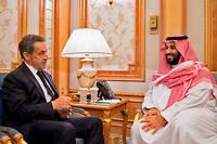 L'ancien président français Nicolas Sarkozy, reçu par le prince héritier saoudien Mohammed ben Salmane à Riyad, le 26 octobre 2017, en marge du premier sommet international sur les investissements en Arabie saoudite.    ©HANDOUT