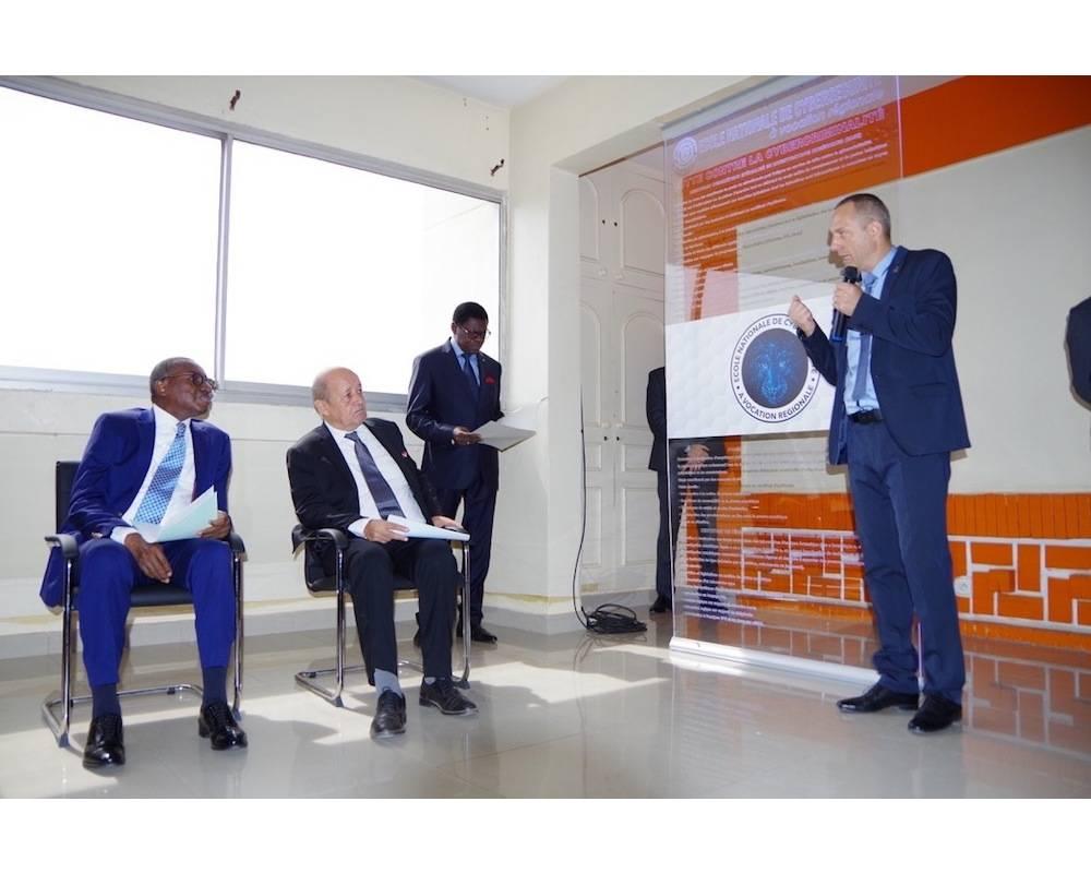 Les deux ministres suivent attentivement les explications données sur l'école de Cyber-sécurité de Dakar.  ©  ML