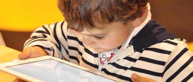 Selon une étude portant sur 18 000enfants, un surdeux commence à regarder la télévision avant 18mois. Entre 20 et 30 % des enfants âgés de 2 ans utilisent une tablettechaque semaine.
