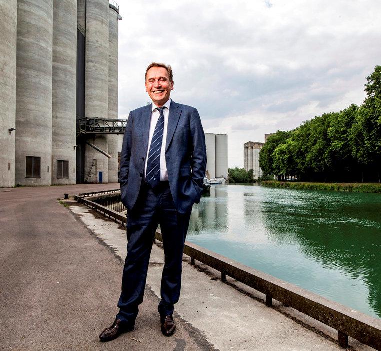 Fief. Jean-Michel Soufflet devant les silos à grains du groupe Soufflet, en bordure defleuve, à Nogent-sur-Seine (Aube), le 12juillet.